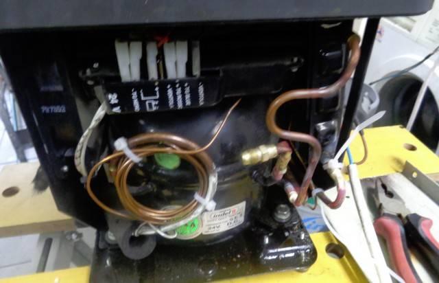 uzupełnianie czynnika freonu w lodówce samochodowej